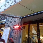 ドゥオーモ近く、表はカフェ、奥にレストラン、食材が豊富なお店