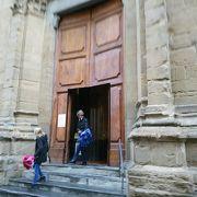 オルサン・ミケーレ教会の通りを挟んだ東側にある教会