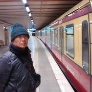 ベルリンの壁記念センター近くの地下鉄駅が、ベルリンの分断の歴史を説明