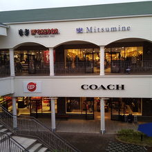 a2d95a14bb08 りんくうプレミアムアウトレットモール1階にあるコーチ。 皮製品のバッグや財布など扱っています。 街中のデパートなどにも入っていますが、コーチを買うなら  ...