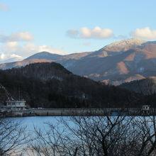 展望駐車場(チェーン脱着場)から望んだ菅平湖と菅平ダム