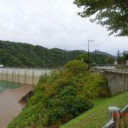 ダムの上が歩けます