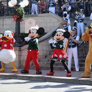 クリスマスシーズンのディズニーランドパークへ