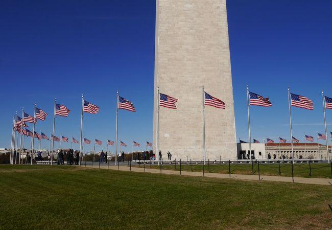 塔の周りを星条旗が囲んでいます