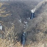 3段に落下する滝