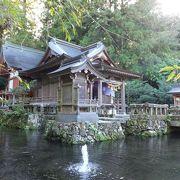 水に浮んだような神社
