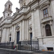 ナヴォーナ広場の西側に建っている大きな教会