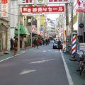 人通りの多い商店街です