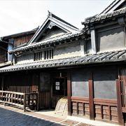 江戸時代の漆喰壁や蔵、竹鶴酒造などの建物が続きます。