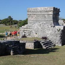中央神殿の海側面にある窓