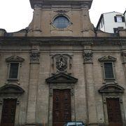 フェラガモ本店前の教会
