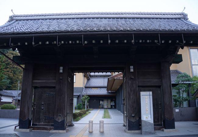 芝生の広場に堂々とした旧豊岡県庁正門が一つ