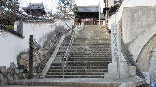 急な階段を上ると、立派なお寺でした