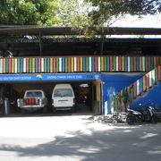 Castaway Bar & Restaurant は、海岸通りにある洒落たお店です。1階がダイブ教室です。