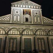 ロマネスク様式のファサードが美しい