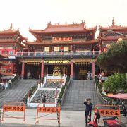 春秋閣のすぐ前にある寺廟です