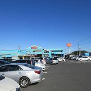 鮮魚売り場が充実していて敷地内にコンビニや飲食店も併設されていました