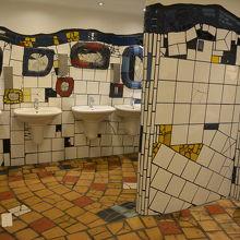 鏡が全部ヒビ入ってるトイレ