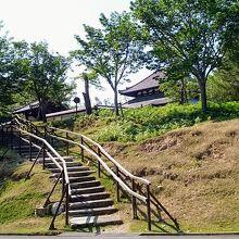 この階段を上った先に「戒壇堂」が