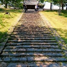 こちらの階段からも上って行けます