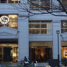 12014e00477c 表参道には世界の人気ブランド店が軒を連ねていますが、グッチのショップはその中でも大きな店舗でしかも重厚な雰囲気でブランドのプライドを充分に感じる事の出来る  ...