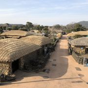 ススキでできた屋根の家