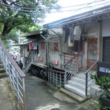 小高い丘の斜面に家屋が密集して建っており、その一帯がアーティストたちのアートの発表の場であり住居にもなっています。