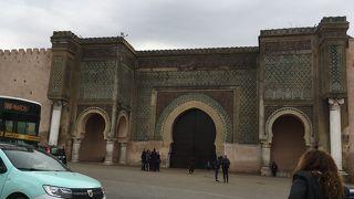 城壁に囲まれ マンスール門、ムーレイ イスマル廟がある メグネス