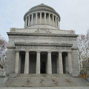 南北戦争の北軍の将軍グラント夫妻の棺が眠っています