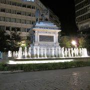 イザベル王妃と王妃とコロンブスの像が建つ公園