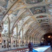 回廊の装飾・豪華さは圧巻で、貴重な観光時間を割いてよかったと思える内容
