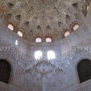 見事な天井の鍾乳石飾り