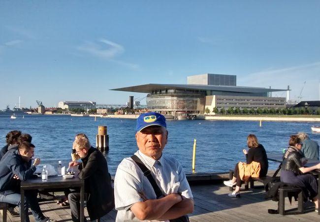運河沿いにある近代的なきれいな建物で、対岸のデンマーク王立劇場からよく見えました。