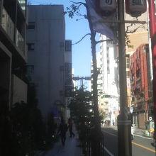 商店街の名が書かれた提灯など風情があります