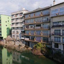 川沿いの古びた建物