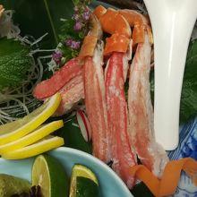 別注の蟹刺し(二人前¥3240)レンゲとサイズ比較