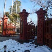 ひときわ目立つ赤い門