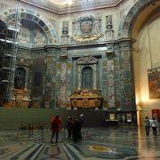 新聖具室の彫刻は奥まったところにあります