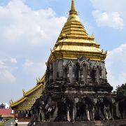 15頭の象に支えられた仏塔