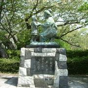 横浜の山下公園にある像が有名ですが