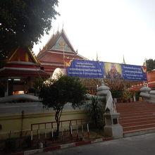 旧市街の中心部にある寺院