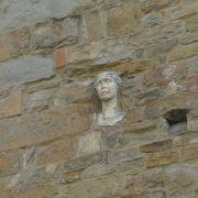 壁に女性の顔がある教会
