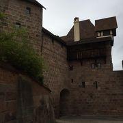 丘の上の威厳ある皇帝の城