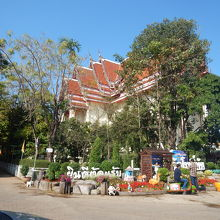 多くの人がお参りにく来る寺院