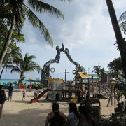 コスメル島へ行くフェリー乗り場の近くに、ビーチやモニュメントがある。