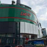 ブキビンタンの中心地点にある緑色のビル