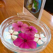 テーブルなど随所にさり気なく南国のお花が