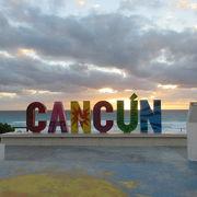 CANCUNの文字モニュメント