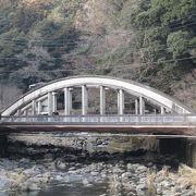 趣のあるアーチ型の旭橋は下り専用です。