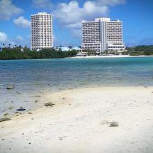 島からホテルを見るとこんな感じ